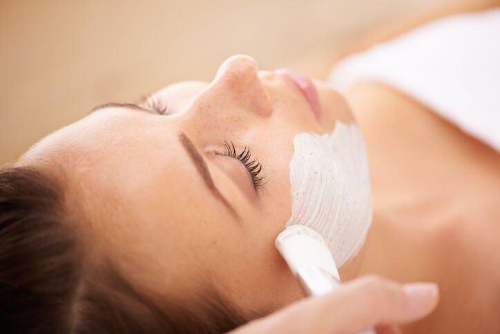 在敷深層清潔面前,先薄薄塗上一層護膚油打底,就可減低緊繃刺激感。