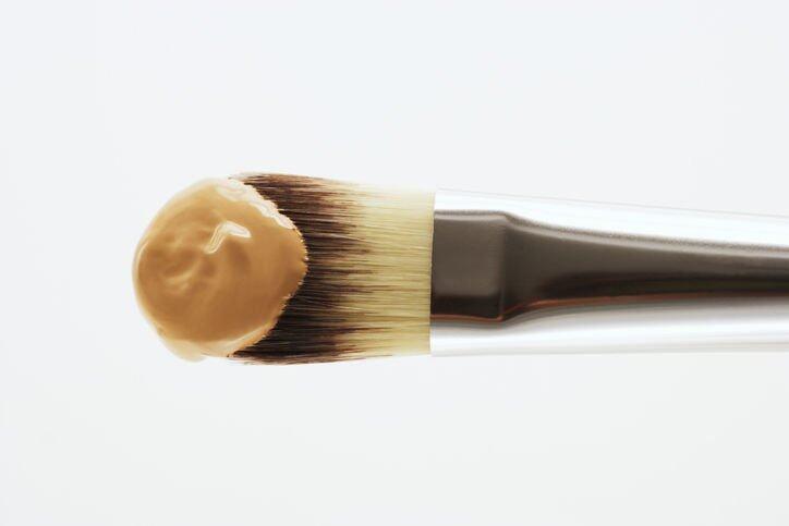 可將粉底混合兩至三滴護膚油,提升後續底妝貼服度。